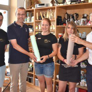 EWL übergibt Kaffeebecher an Mitarbeiter der Kaffeerösterei in Landau.
