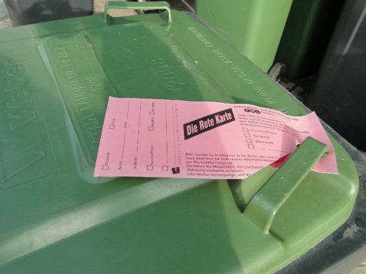 Biotonne des EWL mit roter Karte, falscher Abfall