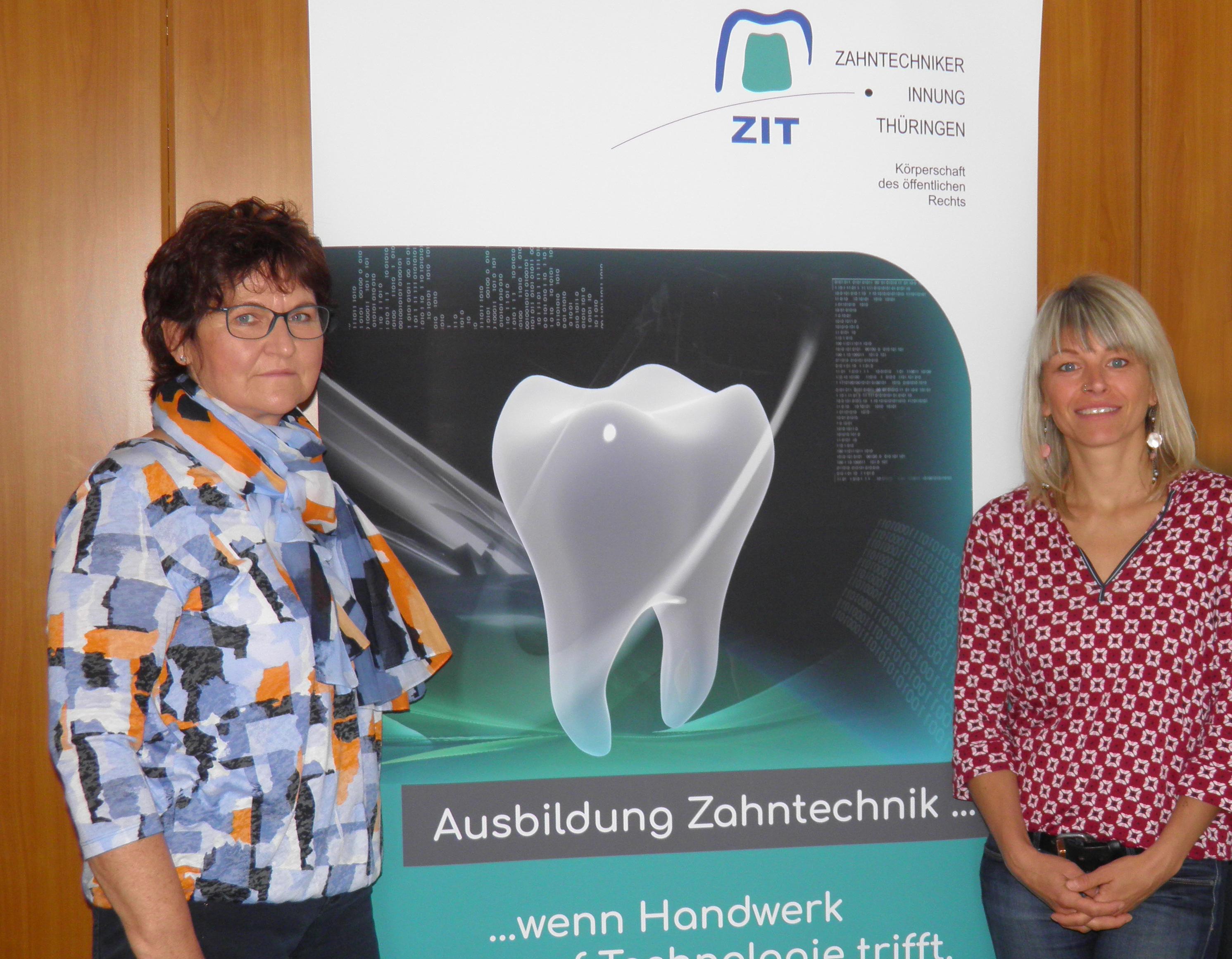 Gabriela Pollmer (li.), Präg-Verkaufsleiterin Außendienst und Nadine Lingstädt, Geschäftsführerin der Zahntechniker-Innung Thüringen (re.)